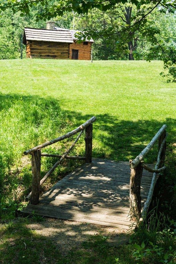Una vista di una passerella, dell'affumicatoio e di una cabina di ceppo fotografie stock