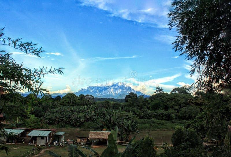 Una vista di pomeriggio del Monte Kinabalu fotografia stock