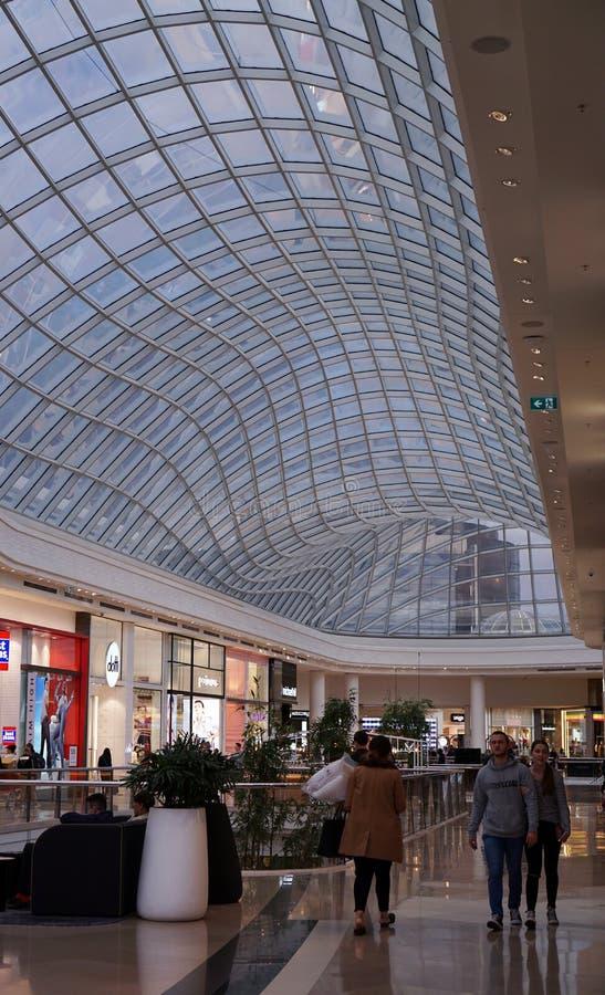 Una vista di un centro commerciale con il soffitto di vetro trasparente immagini stock libere da diritti