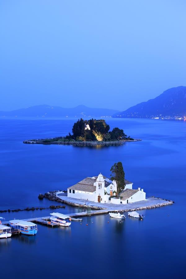 Una vista di un'isola del monastero e del mouse di Vlacherna fotografia stock