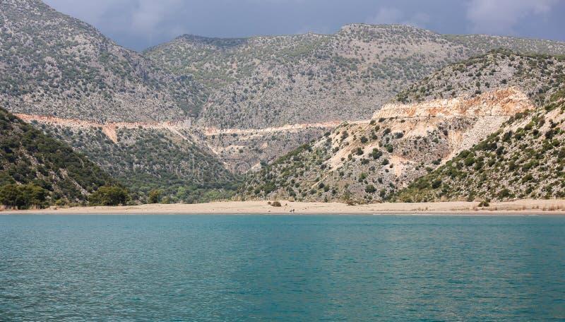 Una vista di un yacht su una spiaggia sabbiosa a distanza fotografia stock libera da diritti