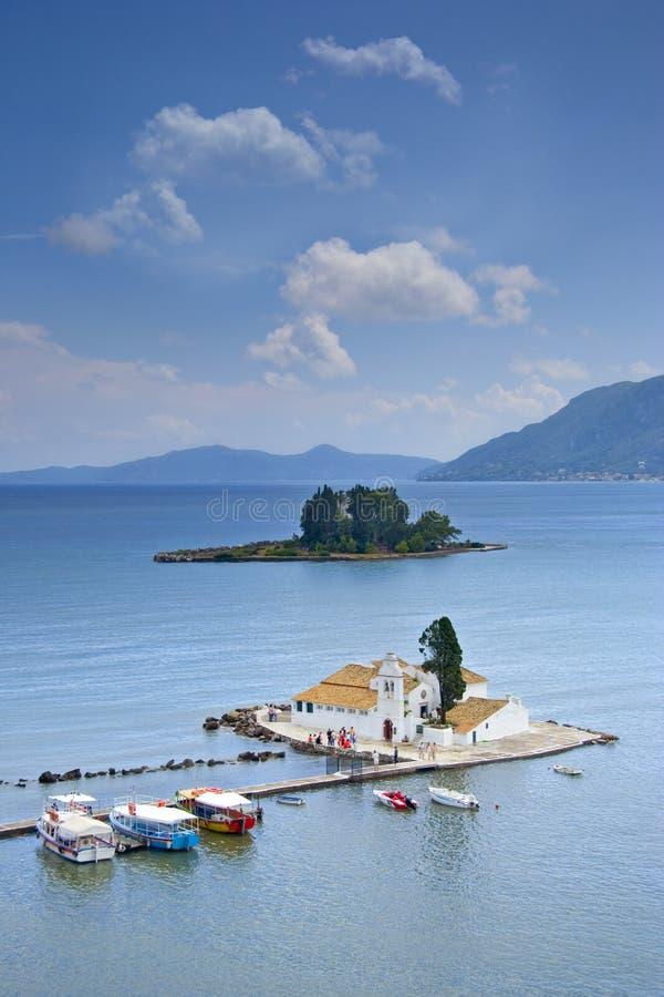 Una vista di una chiesa e di un'isola del mouse su Corfù immagine stock libera da diritti