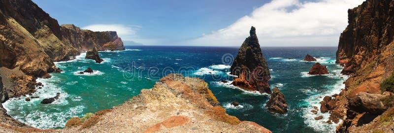 Una vista di una delle molte baie rocciose del Madera immagini stock libere da diritti