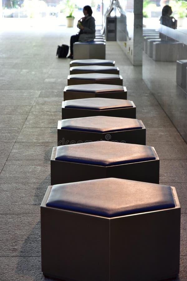 Una vista di una sedia ad uno spazio di sosta del parco fotografia stock libera da diritti