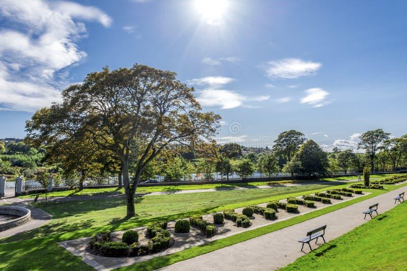 Una vista di uno dei vicoli nel parco di Duthie con il fiume Dee su un fondo, Aberdeen immagini stock