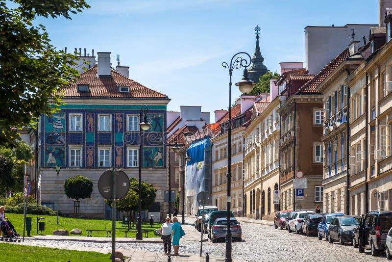 Una vista di vecchia città a Varsavia da una via di Mostowa fotografia stock