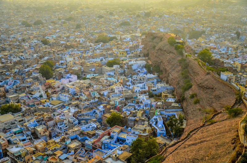 Una vista distante del blu molto attentamente compresso ha dipinto le case con gli alberi e le colline fotografia stock libera da diritti