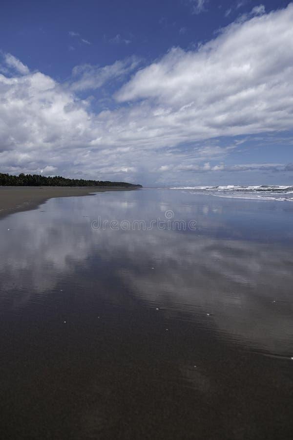 Una vista distante lungo il playa Esterillos in Costa Rica immagini stock
