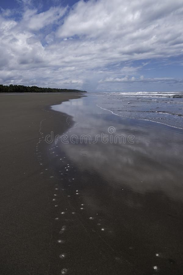 Una vista distante lungo il playa Esterillos in Costa Rica immagine stock