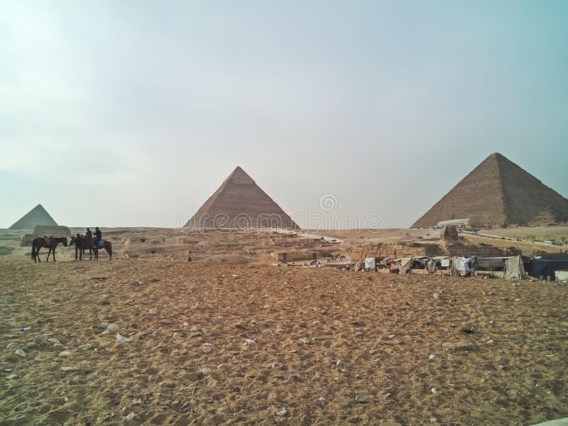 Una vista el grandes pirámides en Giza, Egipto imagenes de archivo