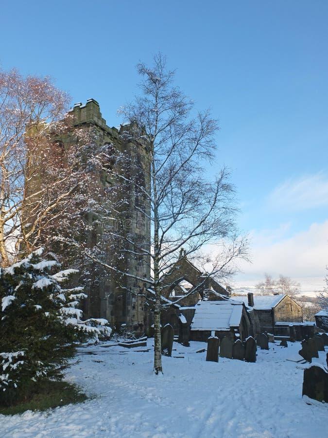 una vista escénica de la iglesia arruinada medieval en el pueblo del heptonstall West Yorkshire cubierto en nieve con los sepulcr imágenes de archivo libres de regalías