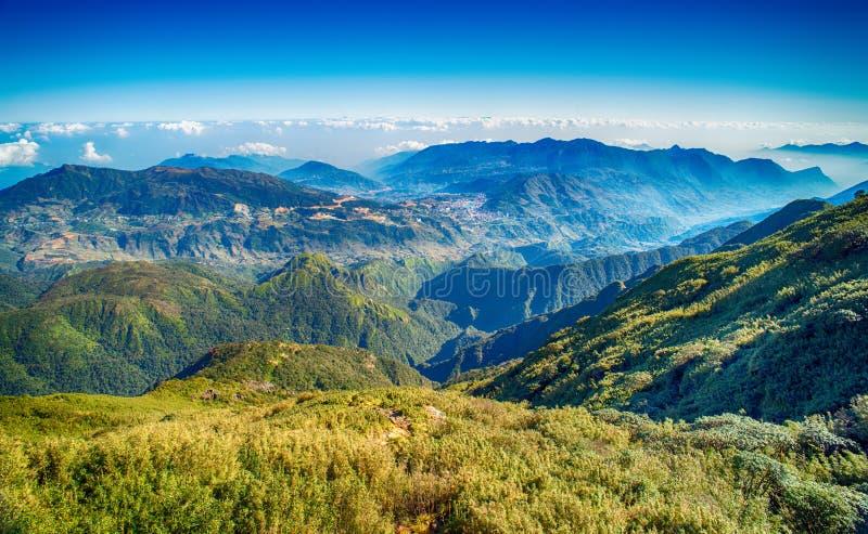 Una vista escénica del cielo en la tierra, la montaña más alta de Fansipan, Sapa, Vietnam fotos de archivo libres de regalías