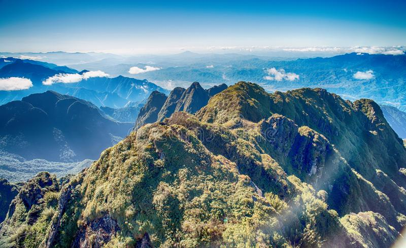 Una vista escénica del cielo en la tierra, la montaña más alta de Fansipan, Sapa, Vietnam foto de archivo libre de regalías