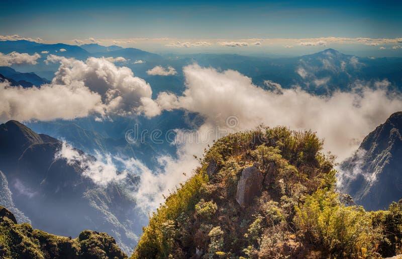 Una vista escénica del cielo en la tierra, la montaña más alta de Fansipan, Sapa, Vietnam foto de archivo