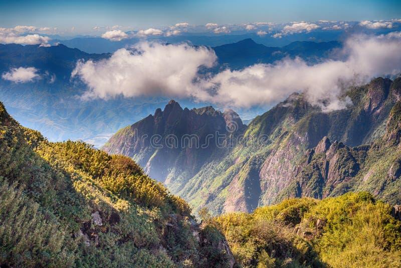 Una vista escénica del cielo en la tierra, la montaña más alta de Fansipan, Sapa, Vietnam fotografía de archivo libre de regalías