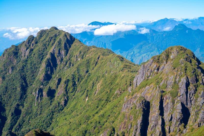 Una vista escénica del cielo en la tierra, la montaña más alta de Fansipan, Sapa, Vietnam imagen de archivo libre de regalías
