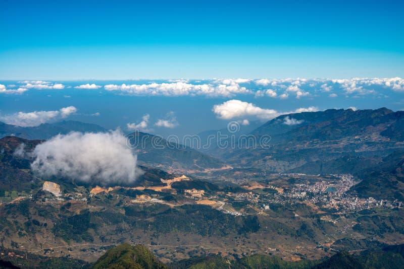 Una vista escénica del cielo en la tierra, la montaña más alta de Fansipan, Sapa, Vietnam imágenes de archivo libres de regalías