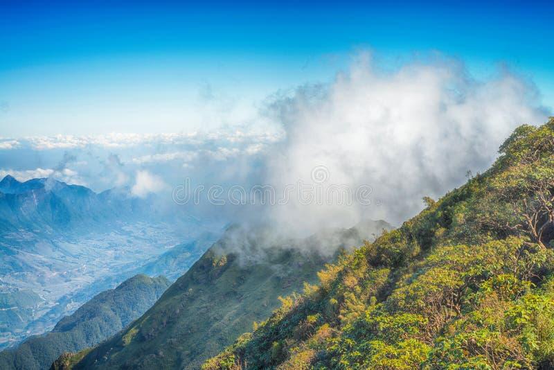Una vista escénica del cielo en la tierra, la montaña más alta de Fansipan, Sapa, Vietnam imagenes de archivo