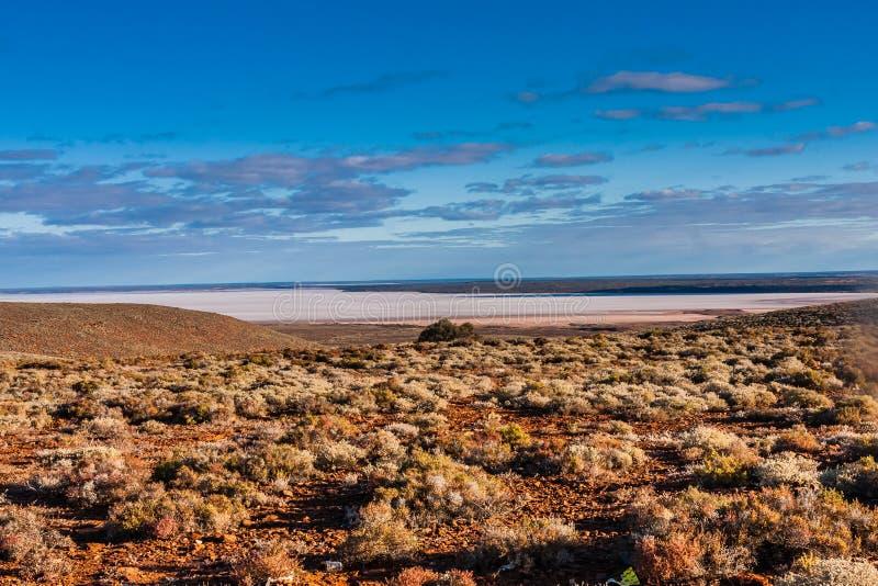 Una vista escénica del interior australiano y de un lago de sal, sur de Australia foto de archivo