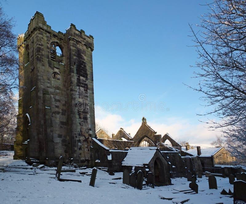 una vista esc?nica de la iglesia arruinada medieval en el pueblo del heptonstall West Yorkshire cubierto en nieve con los sepulcr imagenes de archivo