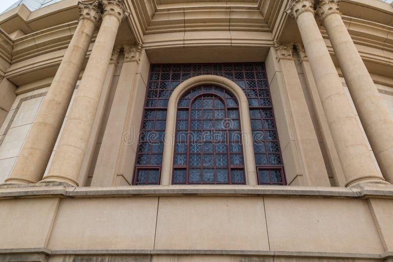 Una vista esterna di una delle finestre enormi della basilica della nostra signora di pace fotografia stock
