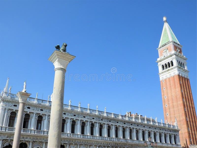 Una vista exterior de la arquitectura y de las señales de la ciudad italiana de Venecia imagen de archivo