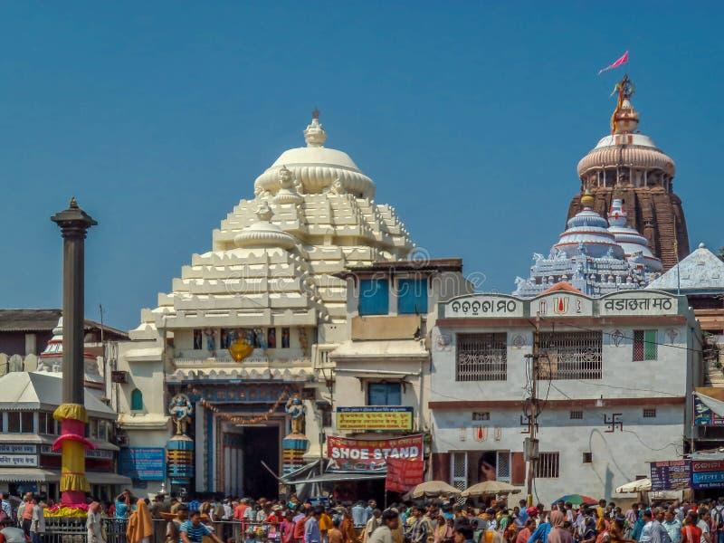 Una vista frontale del tempio su una giornata indaffarata, Puri, l'Orissa di Puri Jagannath fotografie stock libere da diritti