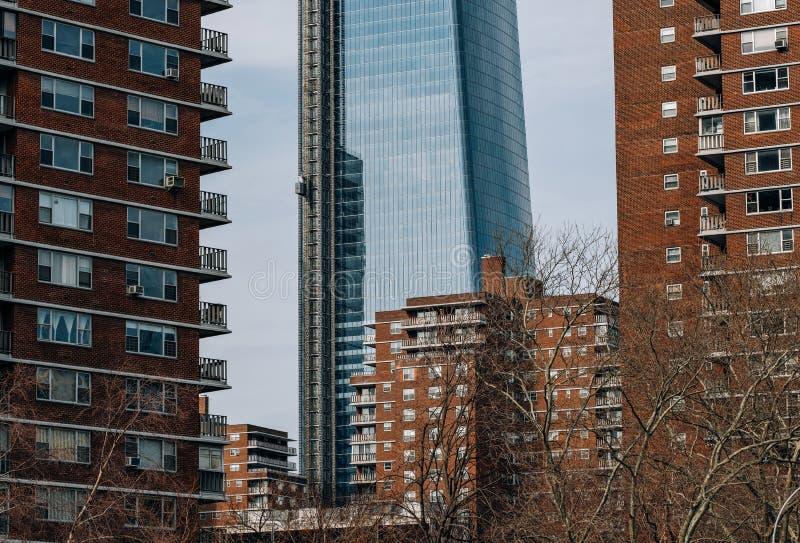 Una vista a 15 Hudson Yards a través de construcciones de viviendas en Chelsea New York City fotografía de archivo libre de regalías