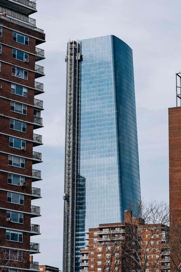 Una vista a 15 Hudson Yards a través de construcciones de viviendas en Chelsea New York City imagen de archivo libre de regalías