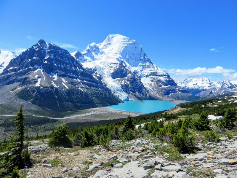 Una vista increíble de un lago hermoso de la turquesa en la base de dos montañas enormes y de un glaciar en el soporte Robson Pro imágenes de archivo libres de regalías