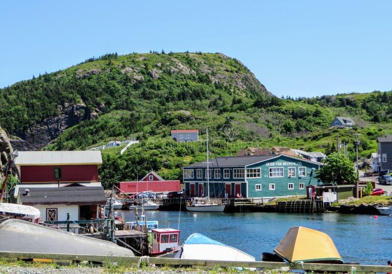 Una vista interessante di piccolo paesino di pescatori e della fabbrica di birra locale di Quidi Vidi fotografia stock