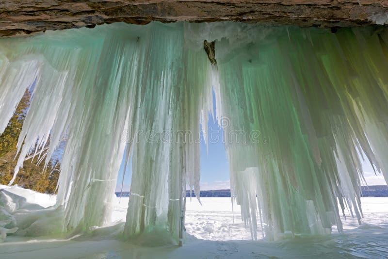 Una vista interior de las cortinas magníficas del hielo de la isla cerca de Munising, Michi fotos de archivo libres de regalías