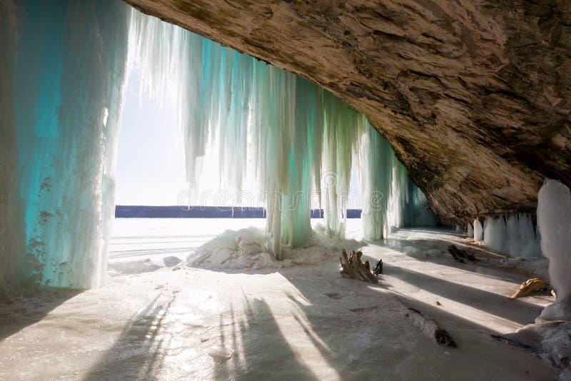 Una vista interior de las cortinas magníficas del hielo de la isla cerca de Munising, Michi fotografía de archivo