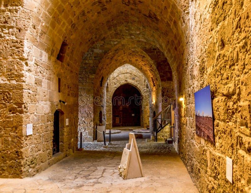 Una vista interna del museo del castello di Pafo sul pianterreno con alcuni mostre fotografie stock libere da diritti