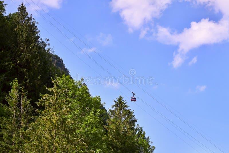 Una vista a la cabina del cablecarril sobre el top de la montaña y de los paisajes hermosos imagen de archivo libre de regalías
