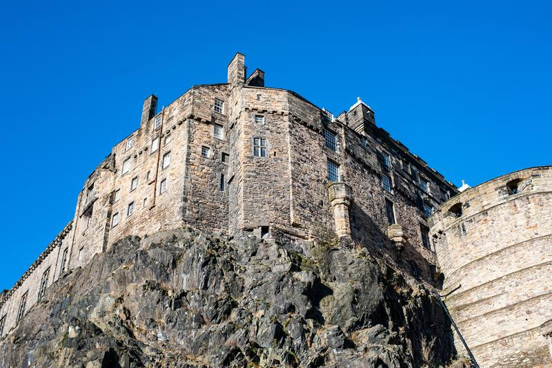 Una vista a las paredes del castillo de Edimburgo empleadas un heavy imagen de archivo