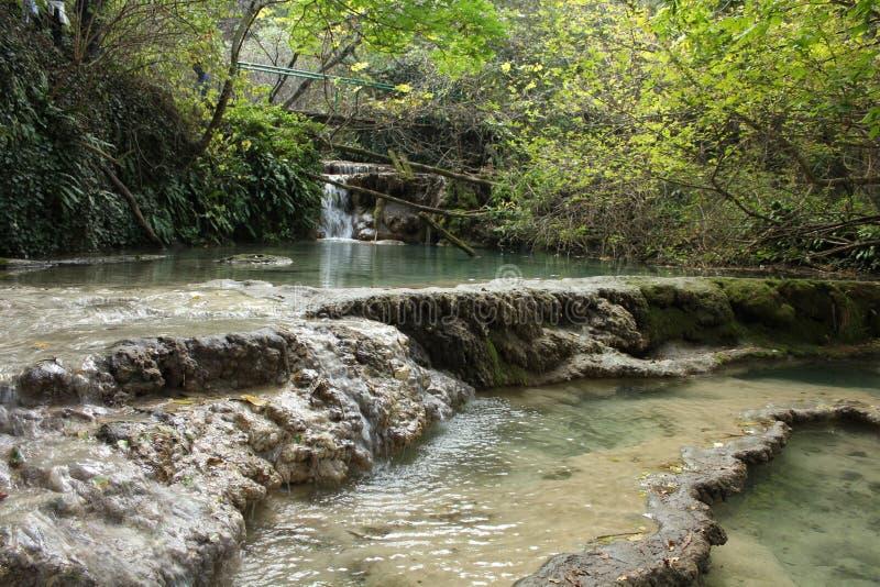 Una vista más cercana de los travertinos del waterfalls' de Krushuna fotografía de archivo