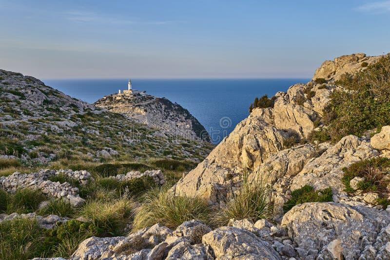 Una vista maestosa del faro di Formentor del cappuccio, Mallorca immagini stock