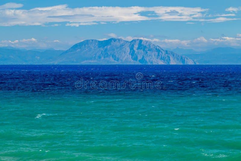Una vista magnifica sopra il bello livello del mare blu-verde sulle montagne sulla costa greca fotografie stock