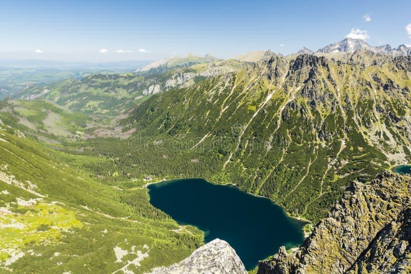 Una vista maravillosa del valle con el lago Morskie Oko del ojo del mar y las montañas circundantes del monje Mnich enarbolan en foto de archivo libre de regalías