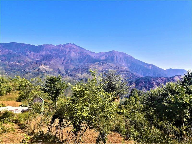 Una vista meravigliosa delle montagne del paesaggio & di chiaro cielo blu fotografia stock