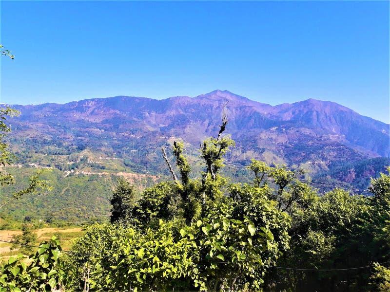 Una vista meravigliosa delle montagne & di chiaro cielo immagine stock libera da diritti