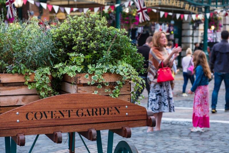 Una vista nel mercato del giardino di Covent a Londra fotografie stock