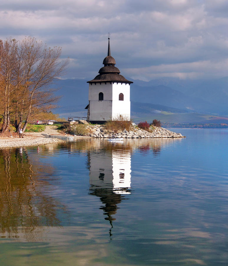 Una vista nublada de la torre en Liptovska Mara imágenes de archivo libres de regalías
