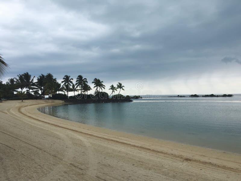 Una vista nuvolosa della spiaggia della baia immagini stock