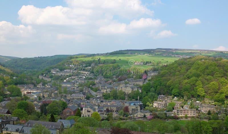 Una vista panorámica aérea amplia de la ciudad de hebden el puente con el cerco del campo y del arbolado de West Yorkshire en ver fotografía de archivo libre de regalías