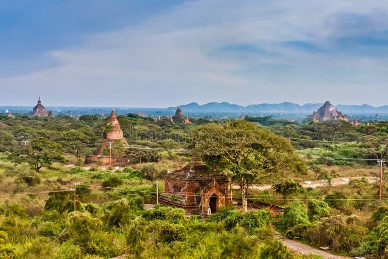 Una vista panor?mica de Bagan viejo con la pagoda de Dhammayan Gyi, Myanmar fotografía de archivo