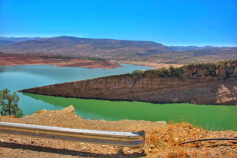 Una vista panorámica de la presa del EL Ouidane del compartimiento en Marruecos, África del Norte fotografía de archivo