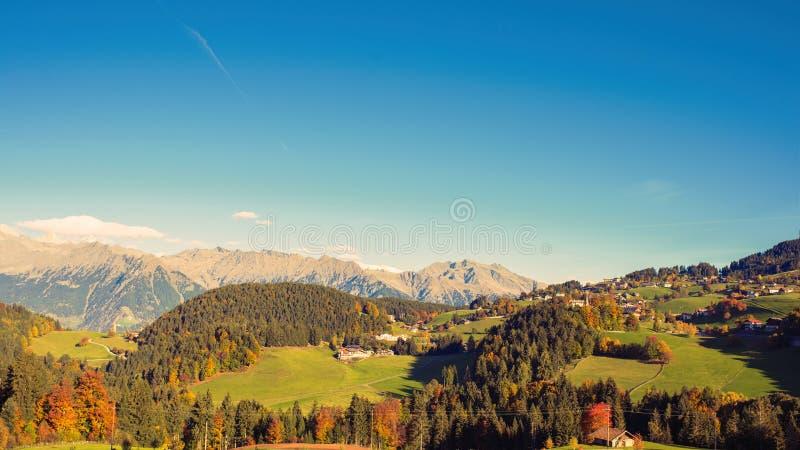 Una vista panorámica de los alrededores de Merano en la provincia de Bolzano en el último otoño fotos de archivo