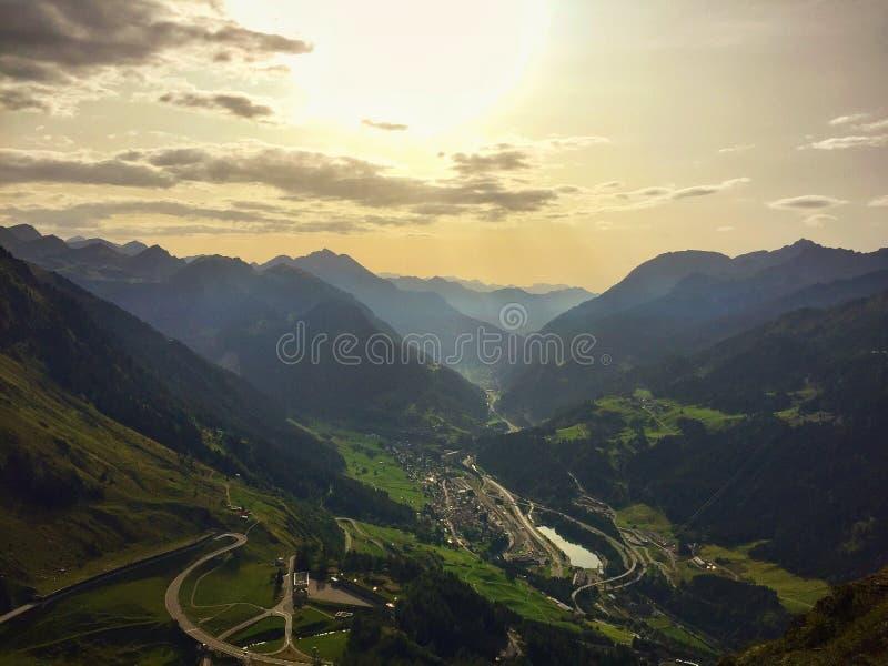 Una vista panorámica de Valle Leventina e Bedretto Tesino, Suiza fotografía de archivo